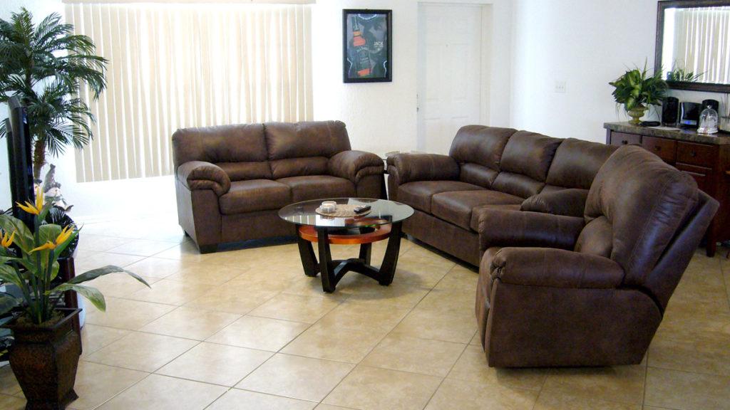 Neue Couch in der Villa